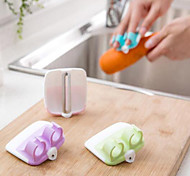 Finger Held Palm Peeler Holder Easy Vegetable Fruit Salad Slicer Kitchen Tool Random Color